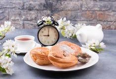 Напудренное печенье choux с чаем Стоковое Изображение