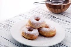 Напудренные donuts сахара на деревенской белой таблице Стоковые Изображения RF
