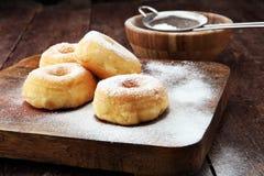 Напудренные donuts сахара на деревенской коричневой таблице Стоковое фото RF