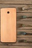 Нарезная доска и старые вилки стоковое изображение rf