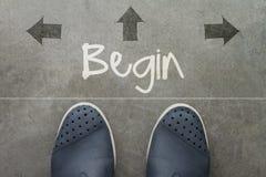 Нарисованная рука НАЧИНАЕТ слово дизайна на фронте ног бизнесмена Стоковое фото RF