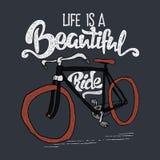 Нарисованная рукой футболка битника Ретро винтажный велосипед и литерность Иллюстрация вектора