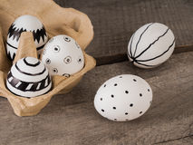 Нарисованные рукой пасхальные яйца на деревянном столе стоковые фотографии rf