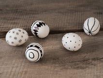 Нарисованные рукой пасхальные яйца на деревянном столе стоковая фотография