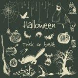 Нарисованные рукой элементы партии хеллоуина doodle Побелите законспектированные объекты мелом, иллюстрацию дизайна предпосылки к стоковое фото rf