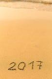 2017 - нарисованный вручную в нежном песке пляжа моря Календарь стоковое фото rf