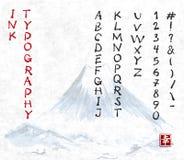 Нарисованный вручную шрифт эскиза чернил вектора в вертикальной ориентации и гора Fujiyama на предпосылке рисовой бумаги Восточно иллюстрация вектора