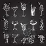 Нарисованный рукой комплект эскиза спиртных коктеилей также вектор иллюстрации притяжки corel Стоковые Фотографии RF