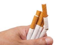 наркомания Крупный план сломленных сигарет на руке человека Стоковые Фото