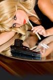 наркоман дает наркотики портрету девушки стоковое изображение