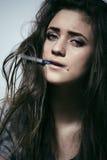 Наркоман лекарства молодой женщины Стоковые Изображения