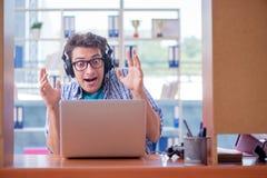 Наркоман gamer играя компютерные игры дома стоковые фотографии rf