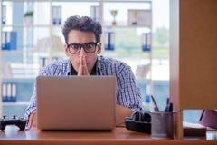 Наркоман gamer играя компютерные игры дома стоковое изображение rf