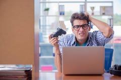 Наркоман gamer играя компютерные игры дома стоковые фото