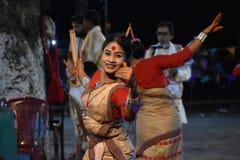 Народный танец ассамца традиционный стоковые фото