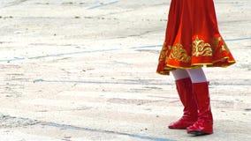 Народный танец танцев подростка в фольклорном костюме видеоматериал