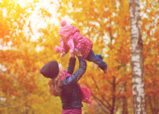 нарру家庭。步行的妈妈和小女儿在秋天 图库摄影