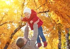 нарру οικογένεια Κόρη Mom και μωρών για τον περίπατο το φθινόπωρο Στοκ Φωτογραφία