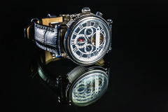 Наручные часы на темной предпосылке Стоковая Фотография