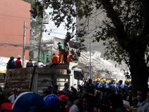 Нарушенные дома в avenida Medellin во время землетрясения Мехико стоковые изображения rf