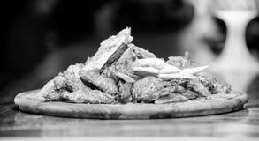 Насладитесь вашей едой Закуска мяса для друзей группы Вкусные очень вкусные закуски Закуска для пива Еда ресторана Деревянная дос стоковые изображения rf