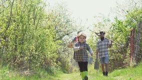Насладитесь в ферме E Мама и сын папы играя совместно Ферма Eco для семьи Концепция фермера семьи - время весны акции видеоматериалы