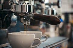 Насладитесь главным кофе Делать эспрессо с portafilter Небольшие чашки для служения горячего напитка Кофе будучи завариванным вну стоковое фото