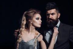 Насладитесь датировать соедините влюбленность Пары человека и женщины датируют на день валентинок valentines дня счастливые Бород стоковые изображения rf