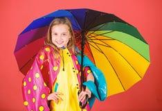 Насладитесь дождливой погодой со свойственными одеждами Водоустойчивое изготовление аксессуаров Водоустойчивые аксессуары делают  стоковое фото