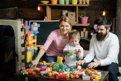 Насладитесь концепцией Маленький ребенок и семья наслаждаются сыграть с кирпичами игрушки Выучите насладиться и насладиться выучи стоковое изображение rf