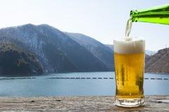 Насладитесь пивом с ландшафтом горы в Японии стоковое изображение