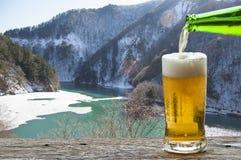 Насладитесь пивом с ландшафтом Японии в зиме стоковая фотография