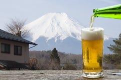 Насладитесь пивом с ландшафтом Mt fuji япония mt стоковое фото rf