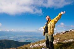 наслаждает hiking женщина солнца гор Стоковые Фото