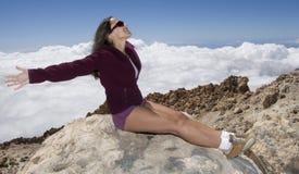 наслаждаться верхней частью горы стоковое изображение