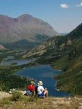 наслаждаться взглядом hikers Стоковые Изображения RF