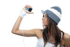 наслаждаться детенышами нот девушки слушая стоковые фотографии rf