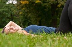 наслаждаться женщиной жизни лежа стоковое изображение rf