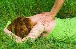 наслаждаться женщиной массажа Стоковые Изображения RF