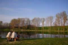 наслаждаться заходом солнца семьи Стоковые Изображения RF