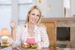 наслаждаться здоровой женщиной mealtime еды стоковые изображения