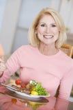 наслаждаться здоровой женщиной mealtime еды стоковое фото rf