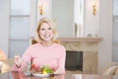 наслаждаться здоровой женщиной mealtime еды стоковое фото