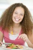 наслаждаться здоровыми детенышами женщины mealtime еды стоковые изображения