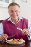 наслаждаться здоровым mealtime еды человека стоковые изображения