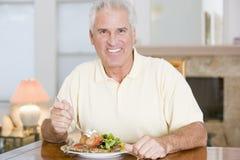 наслаждаться здоровым mealtime еды человека стоковые фото