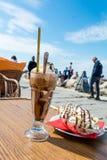 Наслаждаться кофе льда с мороженым разделения банана Стоковые Изображения RF