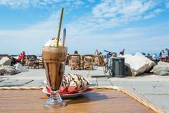 Наслаждаться кофе льда с мороженым разделения банана Стоковая Фотография