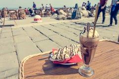 Наслаждаться кофе льда с мороженым разделения банана Стоковые Фото
