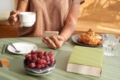 Наслаждаться кофе на завтраке Стоковая Фотография